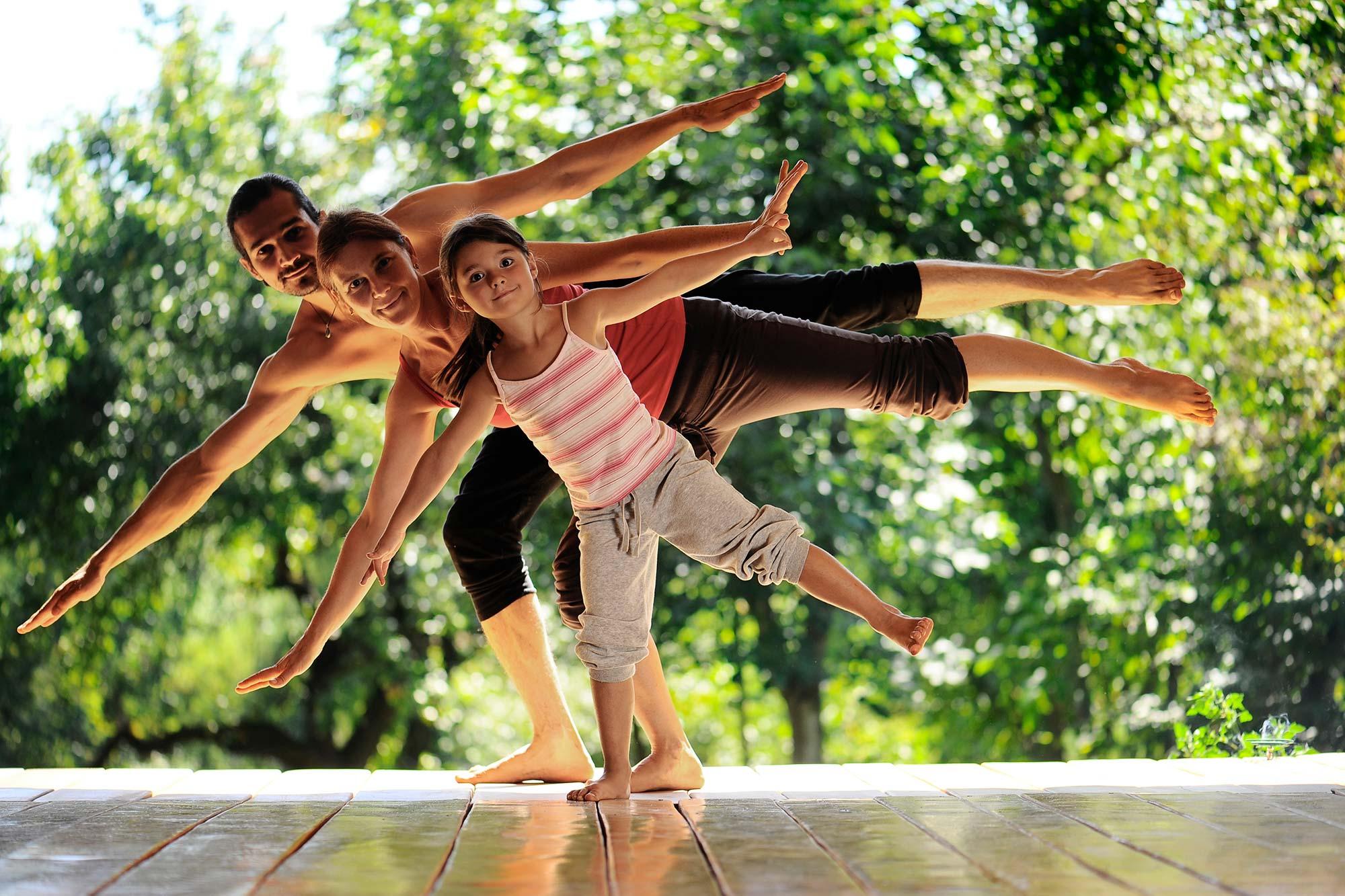 Familie in Yogaposition, Halbmond, Ardha Chandrasana
