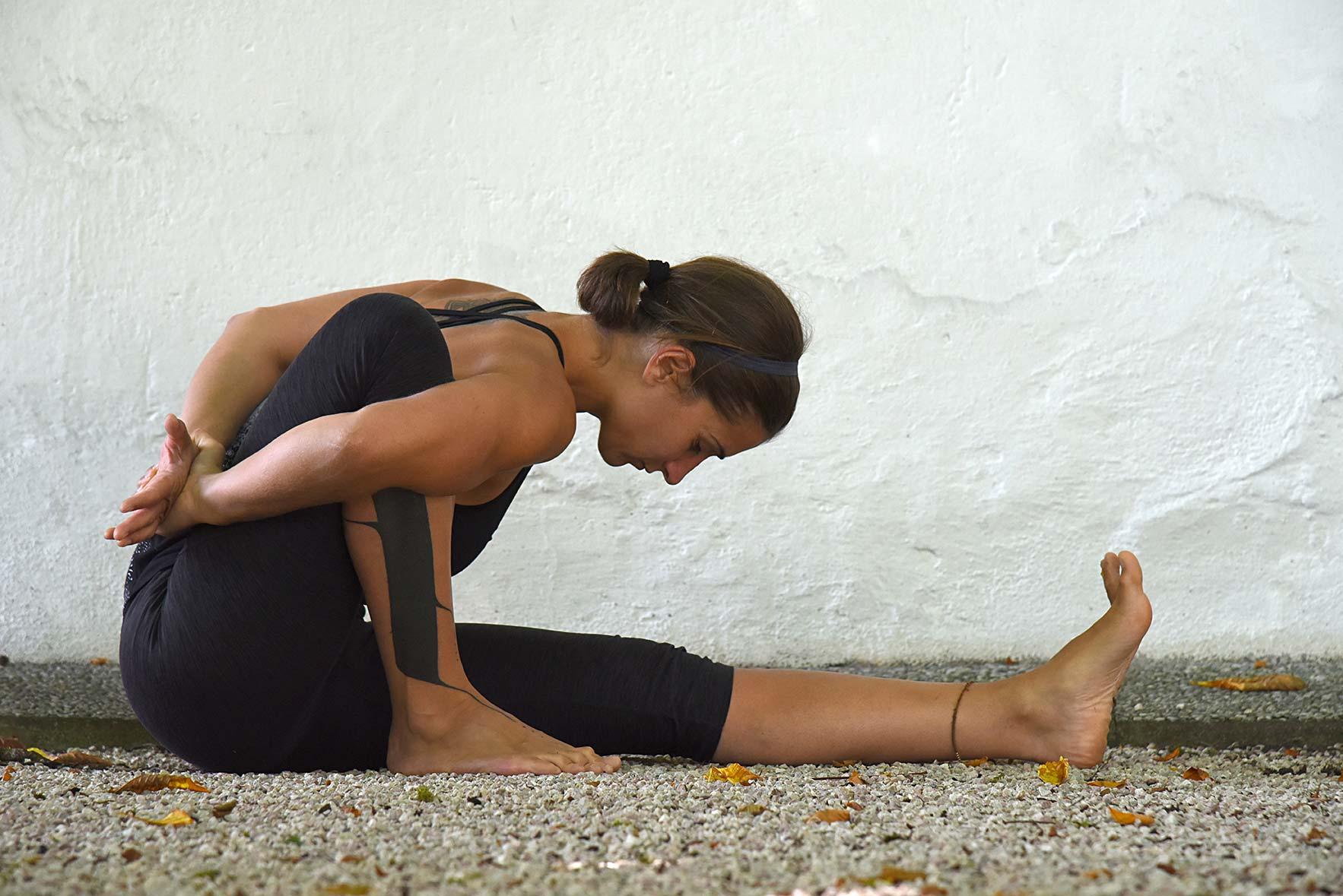 Johanna Staudinger in einer Yogastellung.